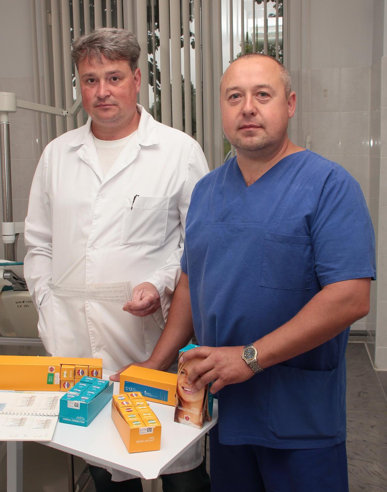Опытнейшие специалисты:  ортопед Сергей Кракасевич  и стоматолог-хирург Александр Гречишкин