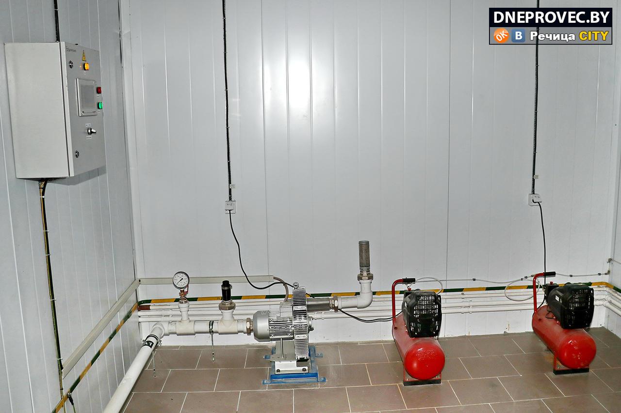 Две компрессорные установки для регулирования работы пневматической системы открывания-закрывания клапанов. Турбина, подающая воздух в биореакторы для окисления железа. Компактный щит управления станцией