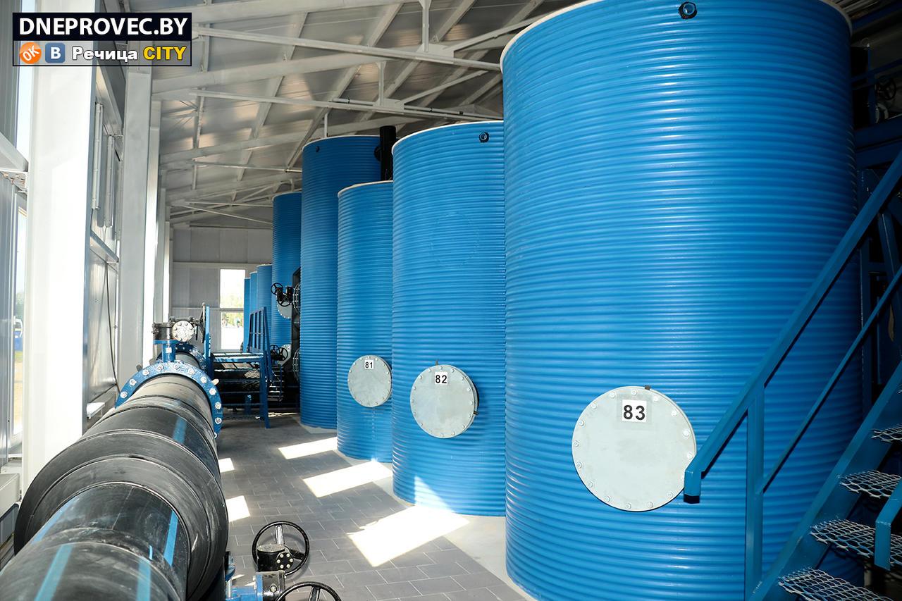 В зале: восемь больших «банок» – это биореакторы, где происходит окисление железа. И двадцать четыре «банки» поменьше – непосредственно фильтр-модули. Система работает автоматически