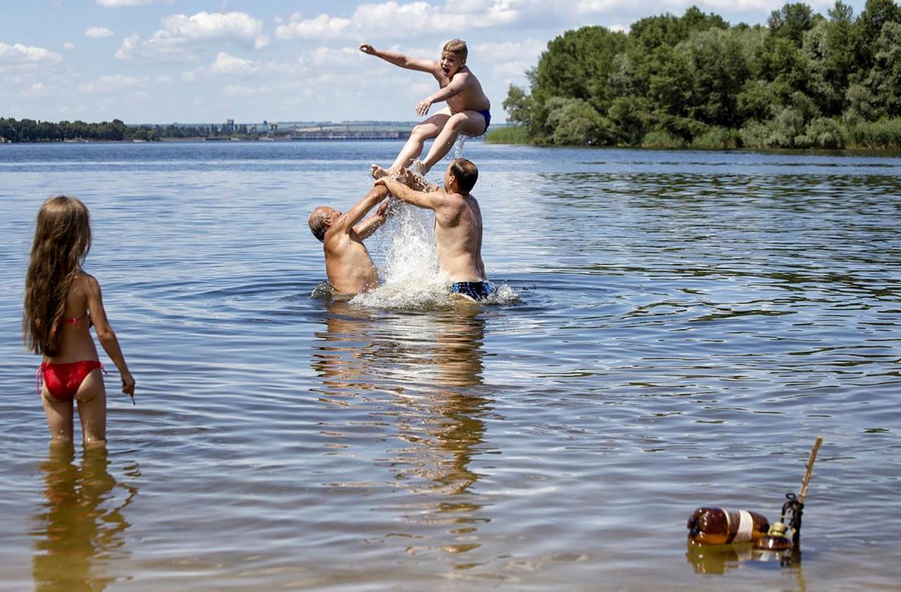 как купаются парни в одежде в речке месяц