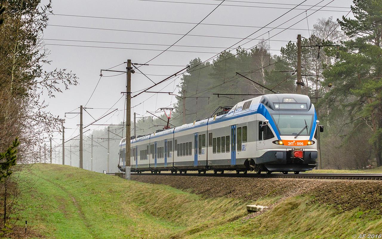 Поезд региональных линий Минск - Барановичи столкнулся на переезде с трактором
