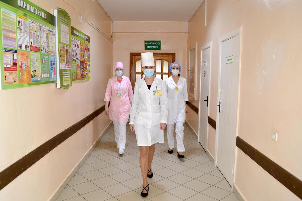 Слева направо: Наталья Лукьянюк, лаборант (старший) централизованной клинической лаборатории, Наталья Петренко, главная медицинская сестра, Татьяна Александрович, медицинская сестра (старшая) хирургического отделения